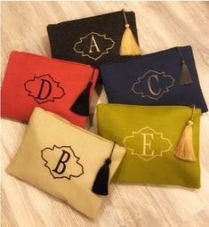 Personalized, embroidered handbags. The letters and numbers you want are custom made for you. Embroidered handbags on real linen fabric.   ** Linen fabric, cotton lining, steel zip (stainless), tassel, embroidery. **  * Size : 25*35 cm               22*15 cm