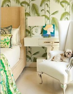 tropikal yatak odasi modelleri yesil beyaz renkler tropik bitki desenleri aksesuarlar ve buyuk desenli duvar kagitlari (7)