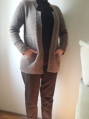 Big pockets, comfortable width – a perfect cardigan to throw on and get out for a quick walk or just around the corner to get a coffee. Or to store your phone or garden scissors. Or just hiding your hands on a cooler day…