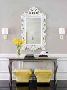 consola con libros y espejo