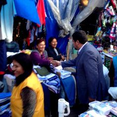 En el Pasaje Ortega de la Max Paredes junto a las comerciantes de esa popular zona paceña.