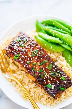 Soy Ginger Salmon – a quick and easy honey soy ginger glazed salmon, topped with spring onions. Simple and DELICIOUS! Recipe at wellplated.com   @wellplated