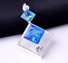 Halsband - Silver belagt hängsmycke med blåa kristaller
