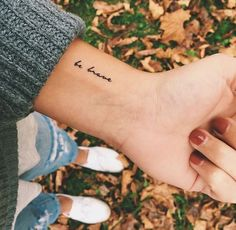 Wil jij graag een tatoeage die subtiel, vrouwelijk en minimalistisch is, maar ho… Do you want a tattoo that is subtle, feminine and minimalistic, but you don't need a full sleeve tattoo? Then have a look at this super handsome wrist tattoo & # s. Mini Tattoos, Dainty Tattoos, Little Tattoos, Body Art Tattoos, Word Tattoos, Wrist Tattoos Sayings, Tattoo Drawings, Strength Tattoos, Script Tattoos