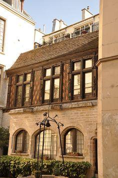 Hôtel de la Motte-Montgaubert. Il est accessible à plusieurs adresses : 12 rue Chanoinesse ; 2, 4, 6 rue des Chantres et 1, 3 rue des Ursins. Paris 75004. Seule la partie basse est ancienne : vestige important du cloître de Notre-Dame de Paris, habité dans le passé par des Chantres, d'où son ancien nom de maison des Chantres, le reste date du XIXe siècle.