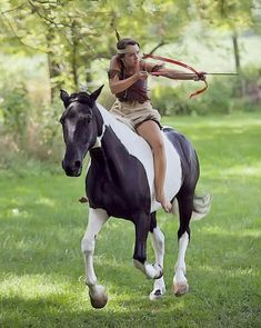 Bareback and without a bridle, mounted archery in an indian outfit. Pretty Horses, Beautiful Horses, Animals Beautiful, Cheval Pie, Mounted Archery, Bareback Riding, Archery Girl, Horse Costumes, Horse Training