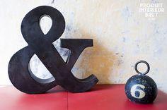 Piccola & commerciale. Interamente realizzata in metallo scuro, la forma della & viene accentuata dalle sue finiture patinate e inoltre ha un bellissimo effetto di metallo invecchiato. Nonostante le finiture retrò vintage, questo oggetto è liscio al tatto e vuoto al suo interno. Può essere facilmente attaccato al muro grazie ai suoi due punti di fissaggio