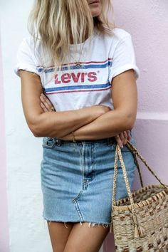 Summer outfit | How to wear a t-shirt with skirt | Denim skirt | Levi's t-shirt | Woven bag | More on Fashionchick