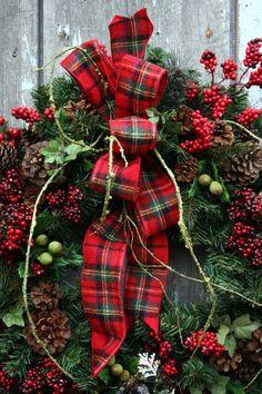 Krans in traditoneel rood met tartan strik.