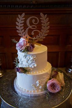 Fresh blooms meets icing blooms with this gorgeous cake!  Photography: @jeffschaeferphotography Dark Purple Roses, Purple Mums, Lavender Roses, Purple Flowers, Lisianthus Flowers, Purple Carnations, Dendrobium Orchids, Larkspur Flower, Hydrangea Flower