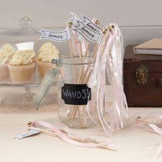 Deze leuke licht roze wandstokjes kunnen een mooi alternatief zijn voor het confetti strooien. Ze hebben een geweven en kanten 'vlaggetje' met een belletje eraan wat een leuk extra effect is wanneer je met het stokje zwaait als het bruidspaar naar buiten komt na de ceremonie. Wanneer de ceremonie voorbij is kun je ze verzamelen en in een pot zetten op de feestlocatie als leuke decoratie.  In de verpakking zitten 10 stokjes.