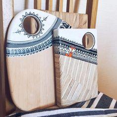 Автоматический альтернативный текст отсутствует. Stone Painting, Painting On Wood, Wooden Cheese Board, Dream Catcher Craft, Diy Cutting Board, Diy Resin Art, Painted Boards, Wooden Gifts, Handmade Home Decor