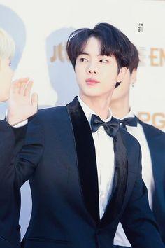 he looks like minhyuk btob in hereWhy he looks like minhyuk btob in here Bts Jin, Jimin, Suga Rap, Jin Kim, Bts Bangtan Boy, Seokjin, Kim Namjoon, Hoseok, Foto Bts