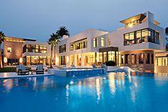 Dans ma maison de reve, il y a cinq chambres, il y a une grande piscine, et il y a une etage. savannah