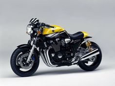 Yamaha is now one of the most famous motorcycle brands in the world. While Yamaha has a long history, this hasn't always involved the manufacture of Yamaha Xjr, Motos Yamaha, Yamaha Motorcycles, Custom Motorcycles, Scrambler, Cafe Racer Honda, Cafe Racer Motorcycle, Moto Cafe, Cafe Bike