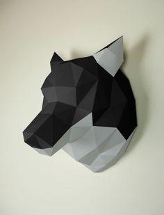Avez-vous entendu ? Qu'est-ce que c'était ? Il y a quelqu'un qui hurle ... Cela ne peut être que ce beau spécimen de loup. Car ce trophée mural noir et gris semble provenir d'un difficile art de papier et...