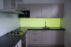 Keukenglas met LED verlichting aan de achterzijde van de glazen achterwand. Handmatig in te stellen naar iedere gewenste kleur.