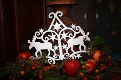 A+Mikulás+hűséges+segítői+közül+kettő+került+rá+erre,+a+szépséges+karácsonyi+ablakdíszre.+Elég+aprólékos+munka+és+nem+árt,+ha+van+hozzá+egy+jó+éles+és+hegyes+ollónk.