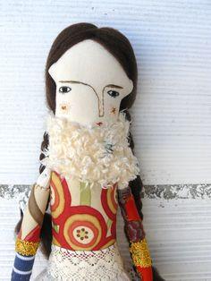 Muñeca Raviola con pelo de lana virgen cosido a mano. 40 cm. Bordada a mano de…