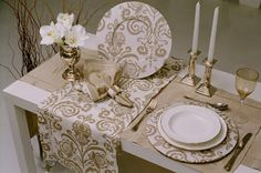 Gold and white Casa Mimosa, Dinning Table, Fine Dining, Table Runners, Tablescapes, Party Time, Decoupage, Diy And Crafts, Decorative Boxes