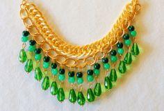 Collar en con cadenas doradas ypiedras verde