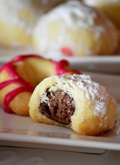 Slatkis koji je podjednako ukusan u svakom obliku .Da li ga pravili kao roscice ili kuglice sa cokoladnim nadjevom,ukusni i dekorativni!...