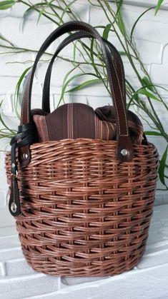 Плетение из газет Plant Basket, Bamboo Basket, Basket Bag, Wicker Bedroom, Weaving Art, Weaving Techniques, Handmade Bags, Basket Weaving, Handbag Accessories