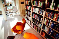 Bestens sortiert. Die edel-gemütliche Hotel-Bibliothek    Gut 3.000 Bücher beherbergt das Wortreich Bookcase, Shelves, Home Decor, Sorting, Paradise, Shelving, Decoration Home, Room Decor, Book Shelves