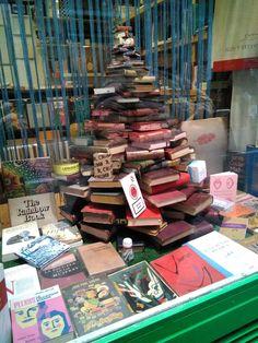 Librería en la calle de la Palma, Madrid. España. 2017 Feliz Navidad Library Books, Retail Design, Rainbow, Libraries, Christmas, Community, Board, Merry Christmas, Palmas
