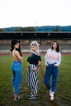 Favorite jeans and pants. Vintage and retro wins. Girl Gang, Mom Jeans, Capri Pants, Ootd, Retro, Shopping, Vintage, Fashion, Moda