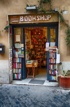 Rome -my best go to Bookshop in Trastevere. A favorite cafe- Hybris art gallery is across from it! I Love Books, Books To Read, My Books, Shop Fronts, Book Aesthetic, Book Nooks, Reading Nooks, Library Books, Book Of Life