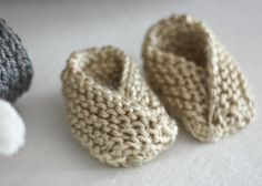 DIY Easy Knit Baby Booties. Super cute starter project for beginners. With detailed instructions and tutorials.