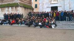 Inaugurazione del Presepe in Piazza del Duomo a Pietrasanta alla presenza delle autorità, il sindaco Mallegni, il D.S. Mirella Bertagna, i professori e gli studenti del Liceo Artistico Stagio Stagi