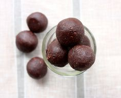 Raw Vegan Brownie Bites Recipe Desserts with walnuts, cacao nibs, sea salt, raw cacao, pitted date Vegan Sweets, Healthy Sweets, Vegan Snacks, Vegan Food, Healthy Eating, Raw Food Recipes, Dessert Recipes, Healthy Recipes, Veggie Recipes