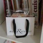 """""""metsRecettes 2"""", recueil de recettes de cuisine imprimées sur des étiquettes de vêtements et rangées dans un sac shopping. Objects, Recipes, Kitchens"""