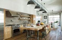 isla de madera muy grande en la cocina con diseño industrial