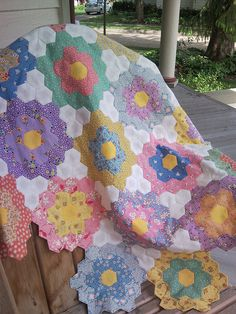 Grandma's Flower Garden. liking the white accents Hexagon Patchwork, Hexagon Quilting, Hand Quilting, English Paper Piecing, Vintage Quilts, Vintage Sewing, Quilting Designs, Quilting Templates, Quilt Patterns