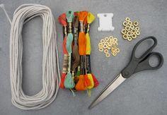 Los collares tribales vuelven a estar de moda, son sencillos de realizar, ideal para proyecto para salon de clases en la escuela, para regalar en Navidad, o porque no para vender. Materiales:cordon de algodón o hilo,tijeras,tuercas y arandelas,hilo de bordar de diferentes coloresbobinas de hilo o cuadrados de cartón.