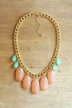 Peach Coral and Mint Statement Necklace on Chunky por ShopNestled, $40.00