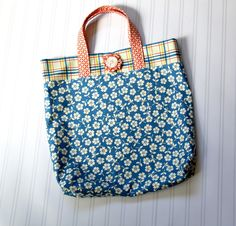 This Fat Quarter Tote Bag Tutorial is the perfect afternoon quick-sew project. Use some of your favorite printed cotton fabrics for a truly unique look!