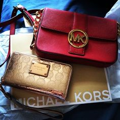 Michael Kors Handbags with cheap prices wow really lol but this my two dream bags Cute Work Outfits, New Outfits, How To Become Pretty, What's Your Style, Signature Look, Bag Accessories, Purses, Shoe Bag, Stuff To Buy