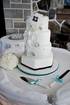 Check out our styrofoam cake dummies!  We can help you achieve this look! www.dallasfoamonline.com