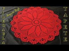 Olá, nesse vídeo vamos fazer esse tapete redondo lindo e muito fácil, essa peça mede 70 centímetros de diâmetro e é ideal para porta ou pia de banheiro, eu a... Crochet Placemats, Crochet Doily Patterns, Crochet Mandala, Thread Crochet, Crochet Designs, Crochet Doilies, Crochet Stitches, Christening Blanket, Chicken Scratch