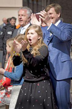 Rey Willem-Alexander de los Países Bajos con sus hijas en Zwolle, 27 de Abril…