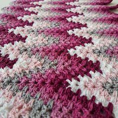 H A P P Y M O N D A Y . #crochet #crochetaddict #craftastherapy #crochetersofinstagram #instacrochet #inspiration #crochetafghan #rippleblanket #crochetblanket #afghan #blanket #crochetgirlgang #crochetconcupiscence #virka #virkat #diy #craft #handarbete #hantverk #haken #ganchillo #hekle #favoritgarner #bymimzan #madebyme #mydesign #scheepjes #catona #pink #rosa