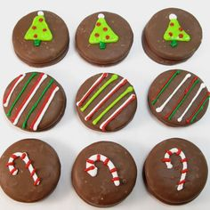 Christmas oreos - I haven't seen chocolate covered oreos here, but there are lots of other biscuits that would work, mint slices etc White Chocolate Covered Oreos, Chocolate Covered Strawberries, Mint Chocolate, Christmas Treats, Christmas Baking, Christmas Cookies, Christmas Decorations, Chocolates, Oreo Pops