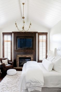White bedroom with shiplap ceiling, dark-stained trim and an exposed brick fireplace Stained Wood Trim, Dark Wood Trim, Wood Bedroom, White Bedroom, Bedroom Decor, Bedroom Ideas, White Rooms, White Bedding, Exposed Brick Fireplaces