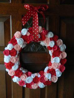 Basteln Valentinstag Ideen türkranz filzblumen
