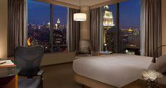 """Millenium Hilton Nova York Encontrar um hotel para família em Nova York pode ser um desafio. Pesquisamos outras opções de hotéis """"kids friendly"""", ou seja, bons para ir com a família para 4 pessoas. Apesar de ter centenas de opções de hotéis em Nova York, nem todos tem quartos grandes o suficiente para famílias.  Além disto, gosto muito quando o hotel tem a estrutura de mini cozinha, por exemplo, porque pode facilitar bastante algumas refeições ou lanches para as crianças."""