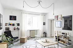 Ensimmäisen kerroksen asunnosta voi seurata Vallilan katuelämää. Lueskelunurkkauksen graafinen juliste on Jenni Ridanpään T-paitaprintti ja valokuvateos on Arman Alizadin.